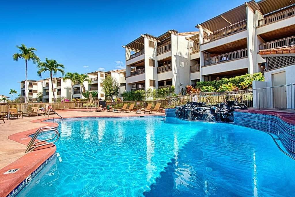 Swimming pool and hotel front at Kona Coast Resort II in Hawaii