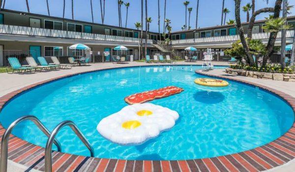 Pool view of Kings Inn Hotel in San Diego, California